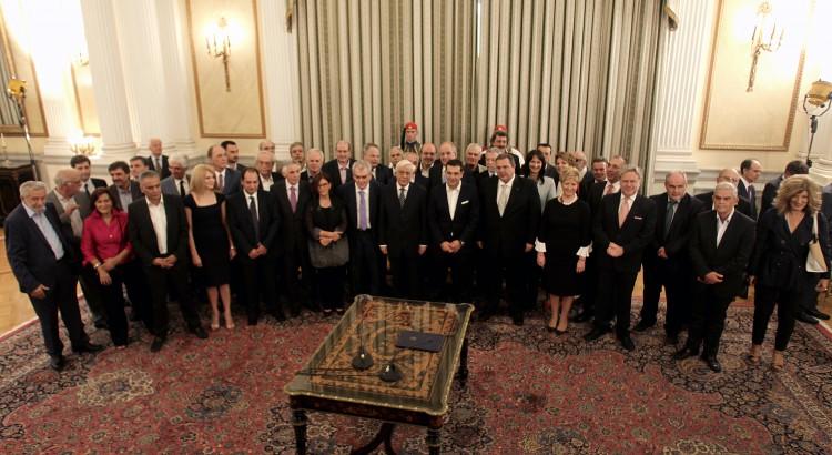 Η νέα κυβέρνηση υπό τον πρωθυπουργό Αλέξη Τσίπρα και τον Πρόεδρο της Δημοκρατίας Προκόπη Παυλόπουλο φωτογραφίζεται κατά τη διάρκεια της  τελετής ορκωμοσίας της νέας κυβέρνησης στο Προεδρικό Μέγαρο, Αθήνα,  Τετάρτη 23 Σεπτεμβρίου 2015. ΑΠΕ-ΜΠΕ/ΑΠΕ-ΜΠΕ/ΑΛΕΞΑΝΔΡΟΣ ΒΛΑΧΟΣ